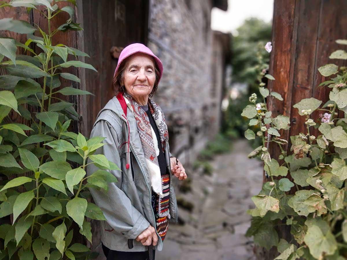 Ирина Жерева пред родовата къща на Жереви