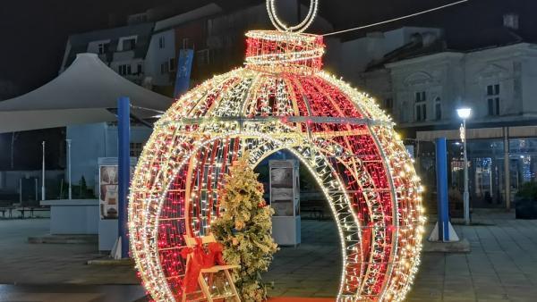 Грейнаха светлините на коледната украса в Стара Загора и Казанлък