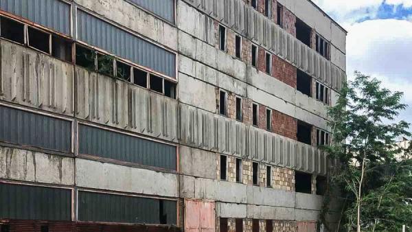 Недовършен корпус на бившия завод ДЗУ се превръща в модерна логистична база