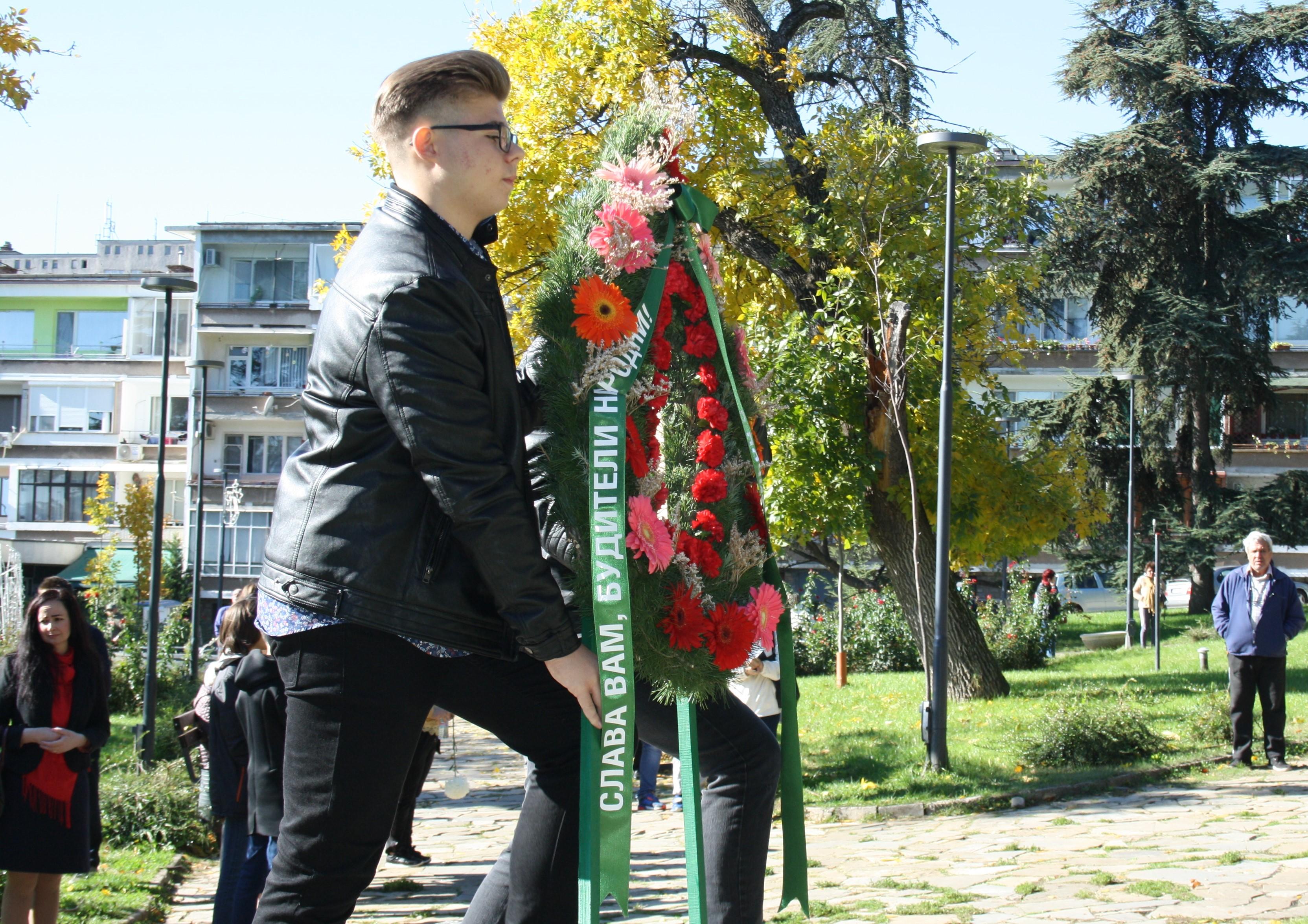 В Деня на народните будители - цветя пред паметника на Митрополит Методий Кусев