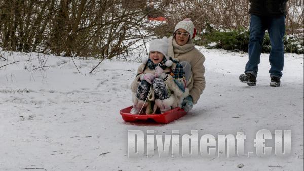 Снежна радост и летящи шейни на Аязмото в Стара Загора (видео)
