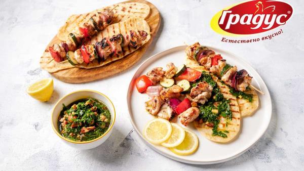 Вкусно с Градус: Пилешки шишчета с домашен хляб и билков сос