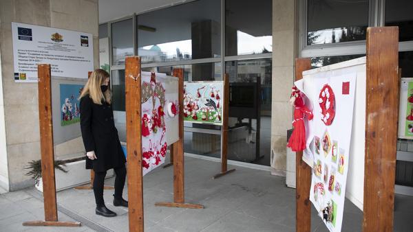 Деца подредиха изложба с мартенички пред сградата на община Стара Загора