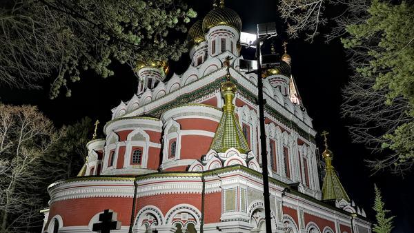 Златните кубета на Храм Рождество Христово в Шипка грейнаха в ярки светлини