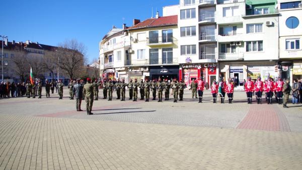 С тържествено вдигане на знамената започна националният празник в Казанлък
