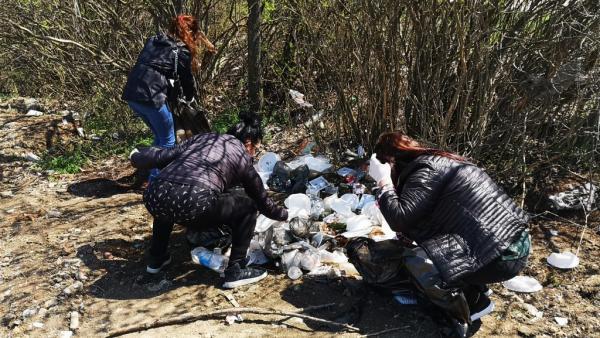 Служителите на община Казанлък  почистват край язовир Копринка