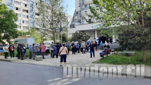 Опашки се извиха пред имунизационните пунктове в Стара Загора