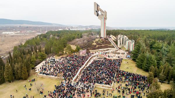 Хилядно шествие пренесе на ръце 300-метрово българско знаме в чест на 3 март в Стара Загора